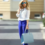 Camasa alba supradimensionata si pantaloni albastru eclectic