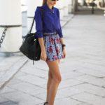 Camasa lejera albastru inchis si fusta pantalon scurta cu imprimeu