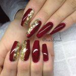 Unghii rosu burgund cu sclipici auriu
