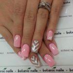 Model frumos de unghii cu roz