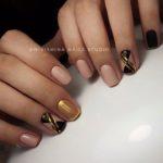 Unghii nud cu auriu si negru