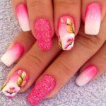 Unghii cu flori si sclipici roz