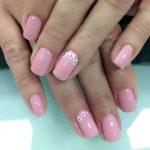 Unghii roz cu floricele mici albe