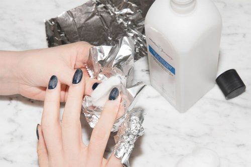 3. Asezare vata imbibata cu acetona peste unghie