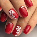 Unghii rosii cu flori albe