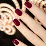 Manchiura cu unghii scurte culoare burgund