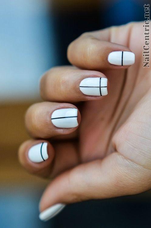 Dunga neagra subtire pe unghie