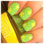 Unghii verde deschis cu floricele galbene