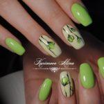 Unghii verzi cu floricele discrete