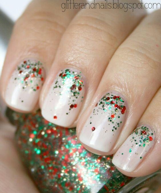 Sclipici verde si rosu aplicate pe unghie nude
